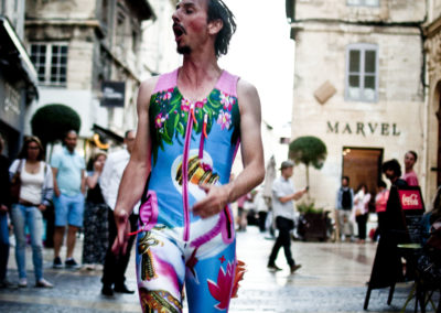 clown jumping Jean-Claude rue avignon off photo Audrey Michel couleur (2)