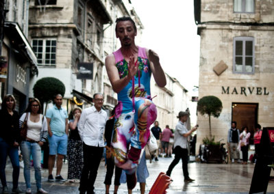 clown jumping Jean-Claude rue avignon off photo Audrey Michel couleur